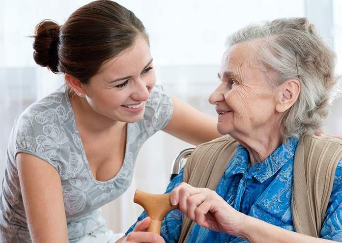 Dom seniora czy opiekunka – co wybrać dla osoby starszej
